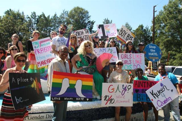 Un grupo de personas participa hoy, 24 de septiembre de 2016, en la celebración del trigésimo segundo festival del Orgullo Gay en la ciudad de Durham, Carolina del Norte (EEUU). EFE