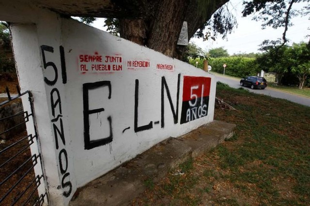 Foto de archivo de un grafiti del Ejército de Liberación Nacional en El Palo, Colombia, feb 10, 2016. El Ejército de Liberación Nacional (ELN), la segunda fuerza guerrillera de Colombia, anunció el domingo un cese de sus acciones ofensivas para facilitar el plebiscito sobre el acuerdo de paz entre el gobierno y las FARC. REUTERS/Jaime Saldarriaga