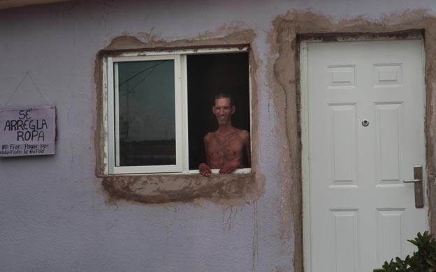 Carlos permanece todo el día parado en la ventana de su casa. (Foto: María Fuenmayor)
