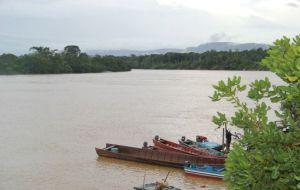 Venezolanos emigran a Guyana en bote en busca de un mejor futuro