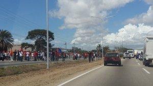 Chavistas lanzan piedras a concentración de la MUD en Villa Rosa