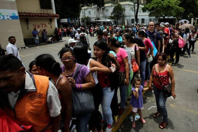 Una fila fuera de un supermercado en Caracas, el 9 de septiembre. PHOTO: HENRY ROMERO/REUTERS