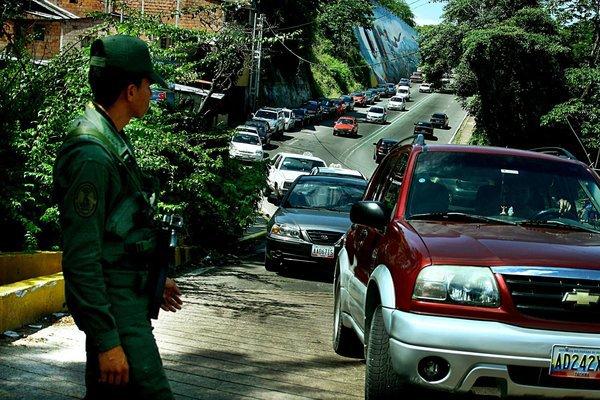 Integrantes del Ejército Nacional fueron instalados ayer miércoles- en las estaciones de servicio de la ciudad, aparentemente con el ánimo de garantizar el orden y que se vendan los inventarios apropiados de gasolina. (Foto/Omar Hernández)