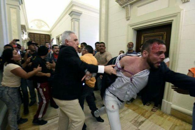 Jesús Montilla en un pasillo de la AN agrediendo a Carlos Bravo