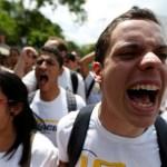 Estudiantes protestan durante un mitín exigiendo un alza en la financiación de la universidad y en contra del Presidente Nicolás Maduro, en Caracas, Venezuela, 26 de Mayo, 2016. Cientos de jóvenes se manifestaban el lunes en la ciudad fronteriza venezolana de San Cristóbal, quemando basura y bloqueando vías, en la más reciente protesta contra la suspensión del referendo para remover al presidente Nicolás Maduro.REUTERS/Carlos Garcia Rawlins - RTX2EDJQ