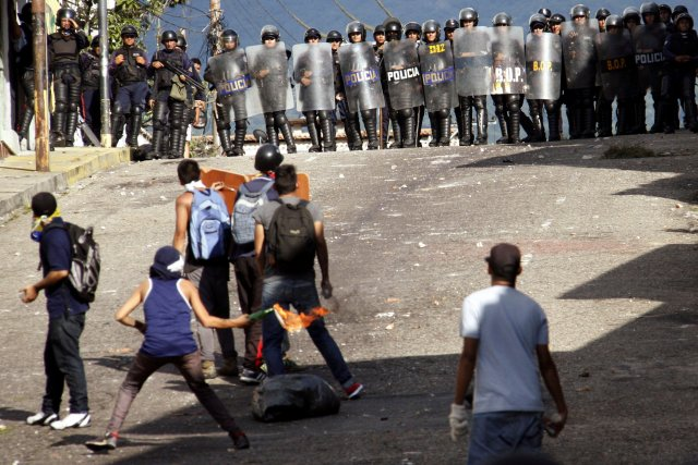 Demonstrators clash with riot police during a rally to demand a referendum to remove Venezuela's President Nicolas Maduro in San Cristobal, Venezuela October 24, 2016. REUTERS/Carlos Eduardo Ramirez