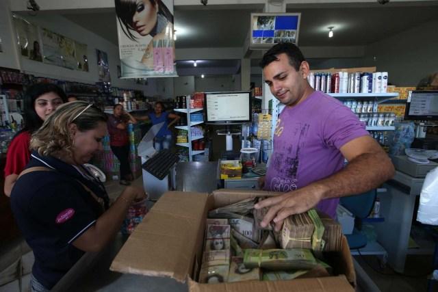 ACOMPAÑA CRÓNICA: BRASIL VENEZUELA - BRA08. PACARAIMA (BRASIL), 24/10/2016.- Fotografía del 21 de octubre de 2016, de un hombre que muestra un fajo de bolívares en la ciudad de Pacaraima, una empobrecida y pequeña ciudad del norte de Brasil, que se ha convertido en uno de las últimos horizontes en que los venezolanos consiguen la comida y los productos básicos que escasean en su país. Según distintas fuentes consultadas por Efe en esta ciudad de la frontera entre Brasil y Venezuela, entre 1.000 y 1.500 venezolanos cruzan cada fin de semana la línea divisoria, compran alimentos y regresan a su país. EFE / Marcelo Sayão