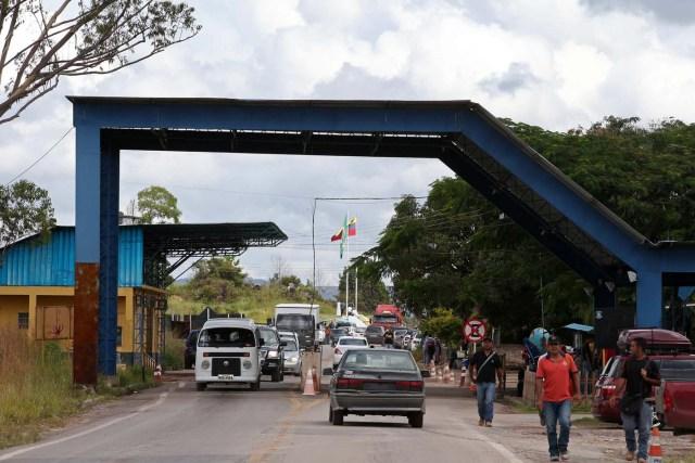ACOMPAÑA CRÓNICA: BRASIL VENEZUELA - BRA08. PACARAIMA (BRASIL), 24/10/2016.- Fotografía del 21 de octubre de 2016, de un grupo de venezolanos llegando en la frontera en la ciudad de Pacaraima, una empobrecida y pequeña ciudad del norte de Brasil, que se ha convertido en uno de las últimos horizontes en que los venezolanos consiguen la comida y los productos básicos que escasean en su país. Según distintas fuentes consultadas por Efe en esta ciudad de la frontera entre Brasil y Venezuela, entre 1.000 y 1.500 venezolanos cruzan cada fin de semana la línea divisoria, compran alimentos y regresan a su país. EFE / Marcelo Sayão