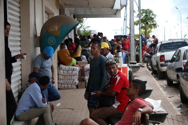 ACOMPAÑA CRÓNICA: BRASIL VENEZUELA - BRA08. PACARAIMA (BRASIL), 24/10/2016.- Fotografía del 22 de octubre de 2016, de un grupo de venezolanos en la ciudad de Pacaraima, una empobrecida y pequeña ciudad del norte de Brasil, que se ha convertido en uno de las últimos horizontes en que los venezolanos consiguen la comida y los productos básicos que escasean en su país. Según distintas fuentes consultadas por Efe en esta ciudad de la frontera entre Brasil y Venezuela, entre 1.000 y 1.500 venezolanos cruzan cada fin de semana la línea divisoria, compran alimentos y regresan a su país. EFE / Marcelo Sayão