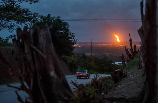 La falta de inversión en la industria petrolera de Venezuela ha llevado a la quema de gas. PHOTO: MIGUEL GUTIÉRREZ PARA THE WALL STREET JOURNAL