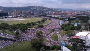 ¡DE PUNTA A PUNTA! Calcula cuánta gente había en el Distribuidor Altamira durante la #TomadeVenezuela (FOTOS)