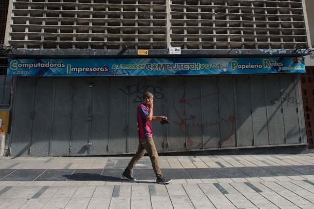CAR01. CARACAS (VENEZUELA), 28/10/2016.- Un local comercial es visto hoy, viernes 28 de octubre de 2016, en Caracas (Venezuela). El paro general de 12 horas convocado por la oposición venezolana se cumple a medias en el país pues tanto las entidades bancarias como algunos comercios y oficinas abrieron sus puertas, sin embargo, las principales vías se mostraron con mucho menos tráfico que el que se observa en un día laboral normal. EFE/MIGUEL GUTIÈRREZ