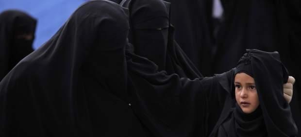 Foto: Una niña yemení, rodeada de mujeres con la indumentaria islámica integral / 20minutos.es