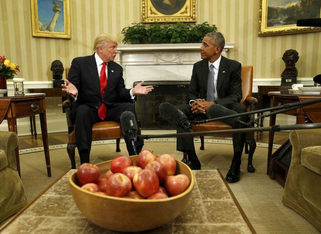 U.S. President Barack Obama meets with President-elect Donald Trump (L) to discuss transition plans in the White House Oval Office in Washington, U.S., November 10, 2016. REUTERS/Kevin Lamarque TPX IMAGES OF THE DAY