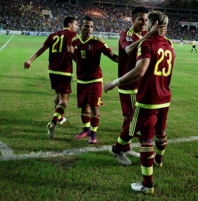 Football Soccer - Venezuela v Bolivia - World Cup 2018 Qualifiers - Monumental Stadium, Maturin, Venezuela - 10/11/16. Venezuela's Jacobo Kouffati (23) celebrates with team mates after scoring. REUTERS/Marco Bello