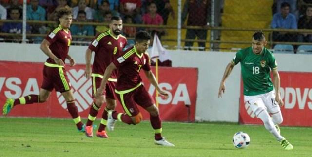 Football Soccer - Venezuela v Bolivia - World Cup 2018 Qualifiers - Monumental Stadium, Maturin, Venezuela - 10/11/16. Venezuela's Renzo Zambrano (7) and Bolivia's Yasmani Duk (18) in action. REUTERS/Marco Bello