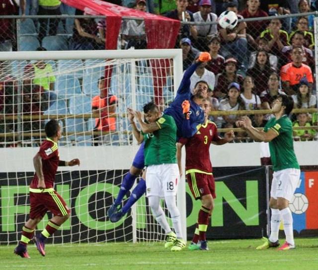 Football Soccer - Venezuela v Bolivia - World Cup 2018 Qualifiers - Monumental Stadium, Maturin, Venezuela - 10/11/16. Venezuela's goalkeeper Daniel Hernandez (C) in action. REUTERS/Marco Bello