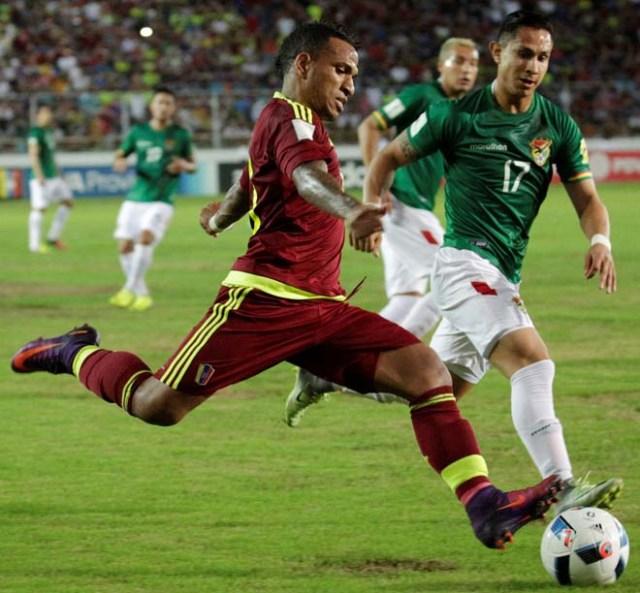 Football Soccer - Venezuela v Bolivia - World Cup 2018 Qualifiers - Monumental Stadium, Maturin, Venezuela - 10/11/16. Venezuela's Romulo Otero (10) and Bolivia's Marvin Bejarano (17) in action. REUTERS/Marco Bello