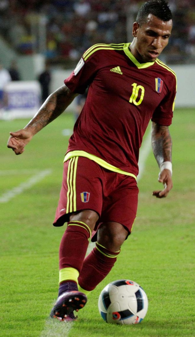Football Soccer - Venezuela v Bolivia - World Cup 2018 Qualifiers - Monumental Stadium, Maturin, Venezuela - 10/11/16. Venezuela's Romulo Otero (10) in action. REUTERS/Marco Bello