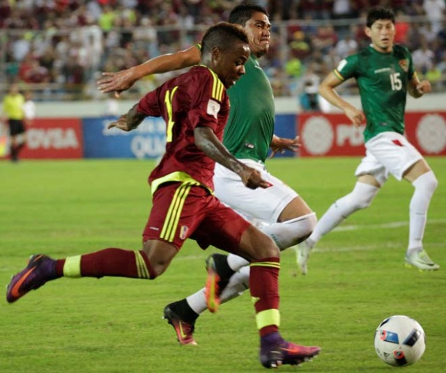 Football Soccer - Venezuela v Bolivia - World Cup 2018 Qualifiers - Monumental Stadium, Maturin, Venezuela - 10/11/16. Venezuela's Jhon Murillo (14) and Bolivia's Edward Zenteno (22) in action. REUTERS/Marco Bello