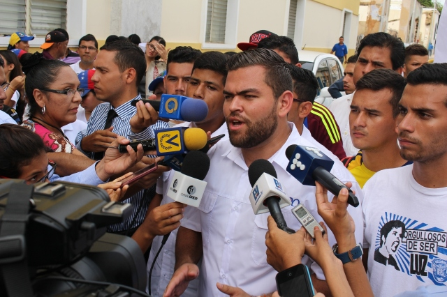 Andres Robayo entrega documento arzobispado (13)