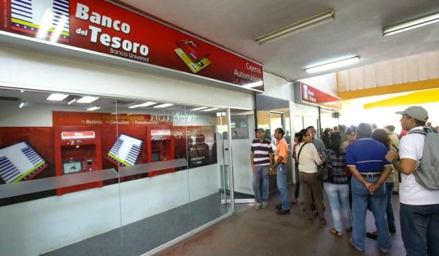 En el Banco del Tesoro, clientes esperaban que llegara efectivo a los cajeros