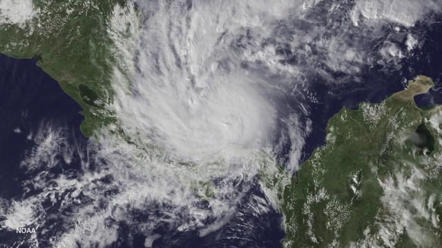 El huracán Otto es fotografiado satelitalmente cuando se ubicaba a unos 491 kilómetros al este-sudeste de Bluefields, Nicaragua (alrededor de 378 kilómetros al este de Limón, Costa Rica), y se movía hacia el oeste a una velocidad de cerca de 3,2 kilómetros por hora, el 22 de noviembre de 2016. NOAA/Handout via REUTERS. ATENCIÓN EDITORES - ESTA IMAGEN FUE PROVISTA POR UNA TERCERA PARTE. SÓLO PARA USO EDITORIAL
