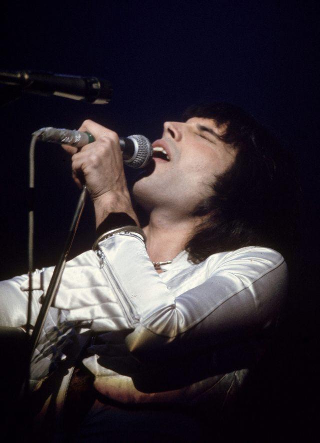 """CUL05. MADRID, 22/11/2011.- Imagen faciltiada por Bio de Freddie Mercury en un concierto en Gran Bretaña en 1975, parte del documental que el canal temático dedica al cantante de """"Queen"""" coincidiendo con el 20 aniversario de su muerte, el próximo 24 de noviembre. EFE/***SOLO USO EDITORIAL***"""