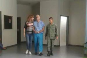 ¡INACEPTABLE!… Imagen de Braulio Jatar esposado, rapado y con traje de preso… por informar protesta en Villa Rosa