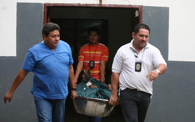 MARACAIBO, VENEZUELA: 11/06/2007 CADAVER SALIENDO DE LA MORGUE D