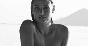 Los Calendarios HOT 2017 arrancan con los desnudos censurados de la voluptuosa supermodelo (WOW)