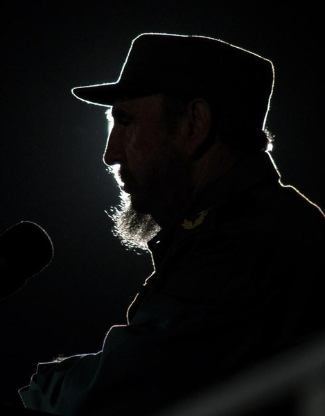El presidente cubano habla a una audiencia en un evento en la Plaza de la Revolución de La Habana con su par venezolano Hugo Chávez, el 3 de febrero de 2006. El líder cubano Fidel Castro, una leyenda de la izquierda revolucionaria que gobernó su país durante casi medio siglo, murió el sábado a los 90 años, dijo la televisión estatal. REUTERS/Stringer - RTR15UFC