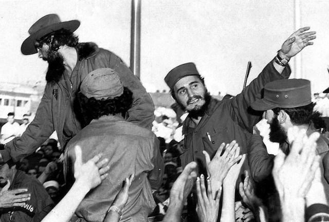 Fidel Castro (a la derecha) saluda gente en La Habana en una foto de archivo del 8 de enero de 1959. Castro y 81 combatientes iniciarion en 1956 una guerra contra el régimen de Fulgencio Batista, apoyado por Estados Unidos. Castro y sus tropas tomaron La Habana el 8 de enero. Reuters/Stringer