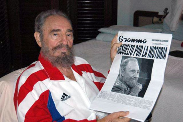 Cuban President Fidel Castro shows a copy of a newspaper in this August 13, 2006 file photo. REUTERS/Estudios Revolucion-Juventud Rebelde/Handout/File Photo      ATTENTION EDITORS - THIS IMAGE WAS PROVIDED BY A THIRD PARTY. EDITORIAL USE ONLY.