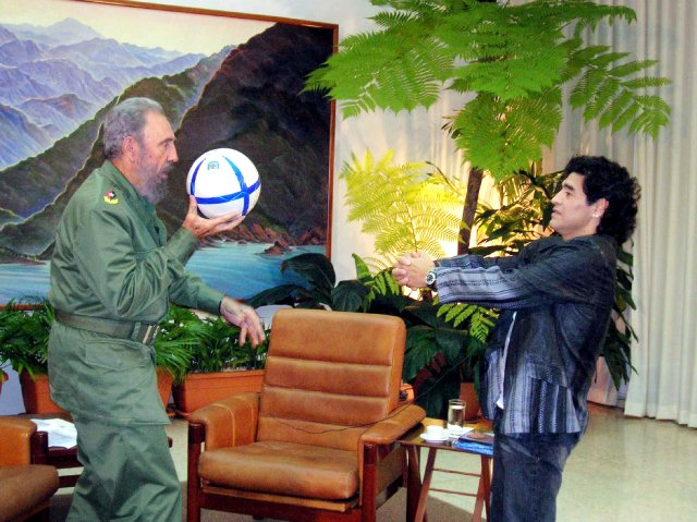 Cuban President Fidel Castro (L) and Argentine soccer legend Diego Maradona play with a ball during an interview in La Havana, in this October 26, 2005 file photo. REUTERS/Canal 13/Handout/File Photo      ATTENTION EDITORS - THIS IMAGE WAS PROVIDED BY A THIRD PARTY. EDITORIAL USE ONLY.