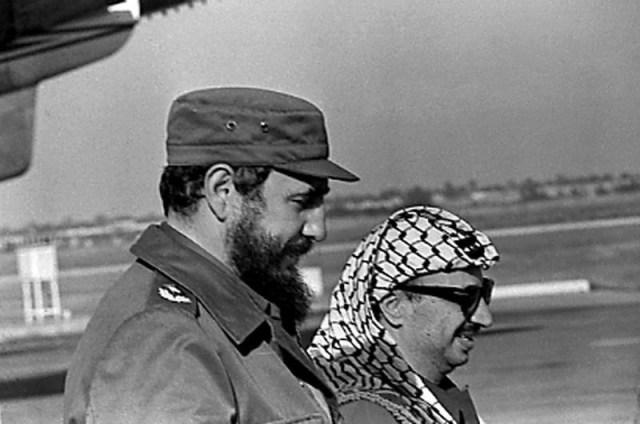 Fidel Castro y el líder de la Organización para la Liberación de Palestina (OLP), Yasser Arafat (derecha) en el aeropuerto de La Habana, el 14 de noviembre de 1974. REUTERS/Prensa Latina (CUBA)