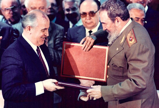Then Cuban President Fidel Castro (R) and then Soviet leader Mikhail Gorbachev (L) exchange documents during a treaty signing ceremony in Havana in this April 4, 1989 file photo. REUTERS/Gary Hershorn/File Photo