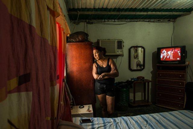 María Piñero, en La Vela, mientras esperaba el bote que la sacaría de Venezuela. Credit Meridith Kohut para The New York Times