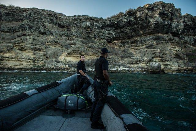Miembros de la Guardia Costera del Caribe patrullando la Bahía de Caracas, buscando contrabandistas y migrantes venezolanos Credit Meridith Kohut para The New York Times