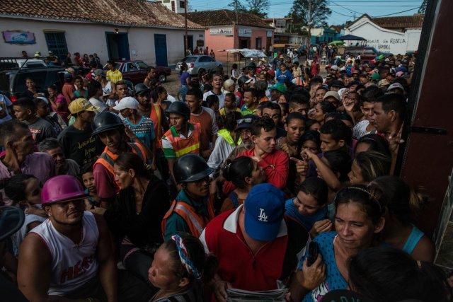 Cientos de venezolanos hacen fila en una tienda de comestibles ubicada en La Vela para ver si podían comprar comida, en septiembre. Credit Meridith Kohut para The New York Times