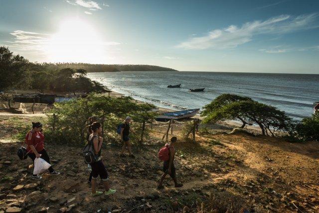 Migrantes preparándose para abordar los barcos de los contrabandistas que los llevarán de Venezuela a Curazao Credit Meridith Kohut para The New York Times