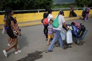 Emigrar por tierra, la salida extrema a la crisis