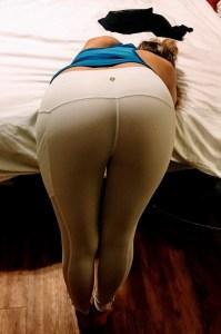 Muy apretadito muy… regresan los sexy pantalones de yoga y las mamacitas que los llenan (lycras HOT)