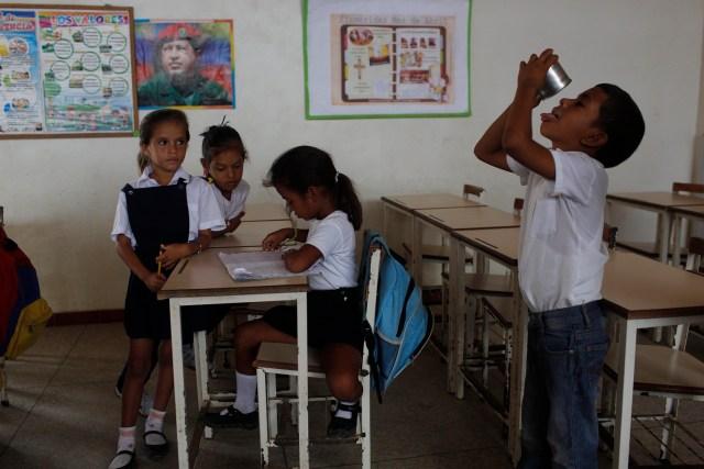 En esta foto del 8 de noviembre de 2016, un niño se termina su desayuno en el salón de una escuela pública de Punta de Araya, estado de Sucre, Venezuela. Los horarios de estudio se determinan según la disponibilidad de comida para los estudiantes y muchas veces las clases se suspenden debido a la falta de agua potable. (AP Foto/Rodrigo Abd)