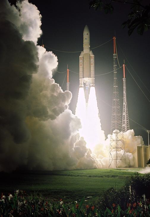 Imagen cedida a Reuters del despegue de un cohete Ariane 5 en Kourou, Guyana Francesa, mar 11, 2006. Europa lanzó otros cuatro satélites Galileo el jueves, quedando un paso más cerca de tener su propio sistema de navegación, la primera vez que envía tantos satélites juntos al espacio. REUTERS/ARIANE ESPACE/Handout