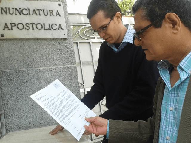 Foto entrega de carta a la   Nunciatura