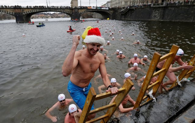 Swimmers participate in the annual Christmas winter swimming competition in the Vltava river in Prague, Czech Republic, December 26, 2016. REUTERS/David W Cerny