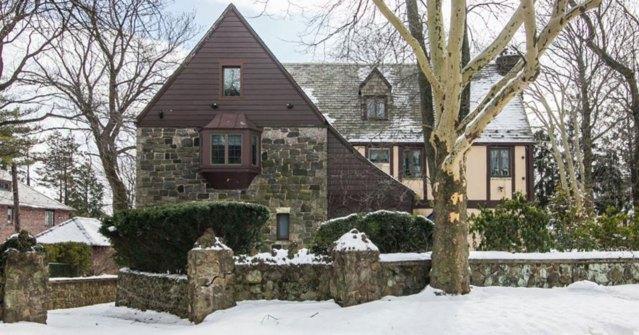 Con cinco dormitorios y cuatro baños, la vivienda de estilo inglés fue construida en 1930 y está situada en el barrio de Emerson Hill, en Staten Island. Foto: Infobae
