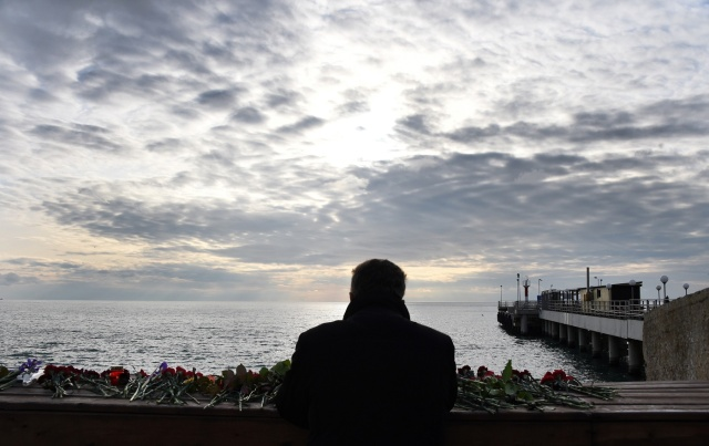 A man looks out at the Black Sea from the coastal city of Sochi, on December 26, 2016, a day after a military plane crashed out at sea. A Russian military plane crashed on its way to Syria on December 25, with no sign of survivors among the 92 onboard, who included dozens of Red Army Choir members heading to celebrate the New Year with troops. Russia's defence ministry said a body had been recovered from the Black Sea. / AFP PHOTO / VASILY MAXIMOV