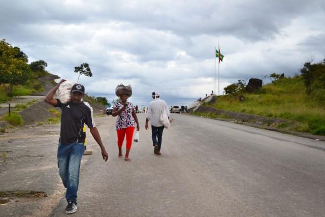 Los venezolanos en Pacaraima, Brasil, llevan arroz a través de la frontera a su país. Cerca de 10.000 venezolanos están llegando a Brasil cada mes en busca de alimentos y medicinas, según las autoridades. (Marina Lopes / Por el Washington Post)